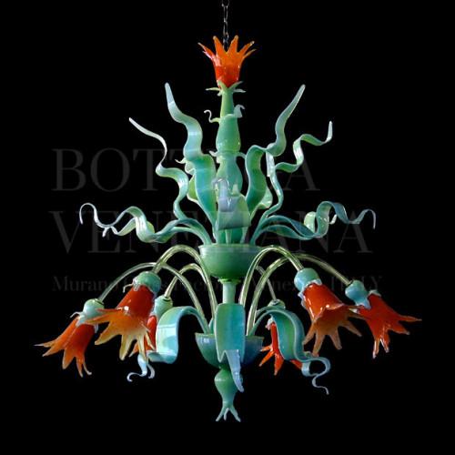 Lampadario modello CLEO in vetro di Murano verde incamiciato cristallo e arancio. Fatto completamente a mano nella fornace di Bottega Veneziana con le antiche tecniche di lavorazione del vetro soffiato di Murano. Prodotto artigianale italiano