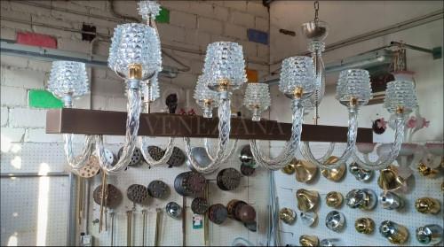 Lampadario a sospensione modello CHIMERA in vetro soffiato di Murano realizzato completamente a mano nella fornace di Bottega veneziana secondo le tradizionali tecniche di lavorazione del vetro a rostrato.