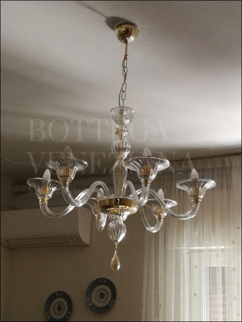 Lampadario modello CANAL D'ORO in vetro di Murano realizzato completamente a mano secondo la tradizionale arte veneziana del vetro soffiato. Prodotto a Venezia nella fornace di Bottega Veneziana