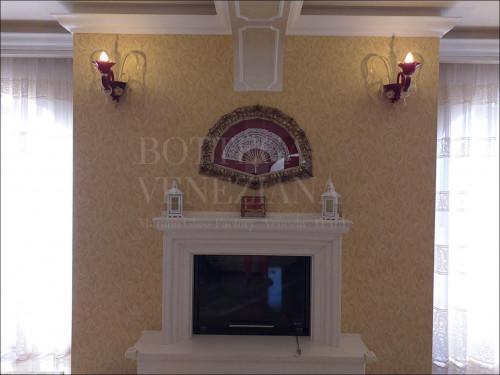 Applique Murano a 1 luce rosso rubino con decori in cristallo e foglia oro. Realizzata nella fornace di Bottega Veneziana. Prodotto artigianale italiano