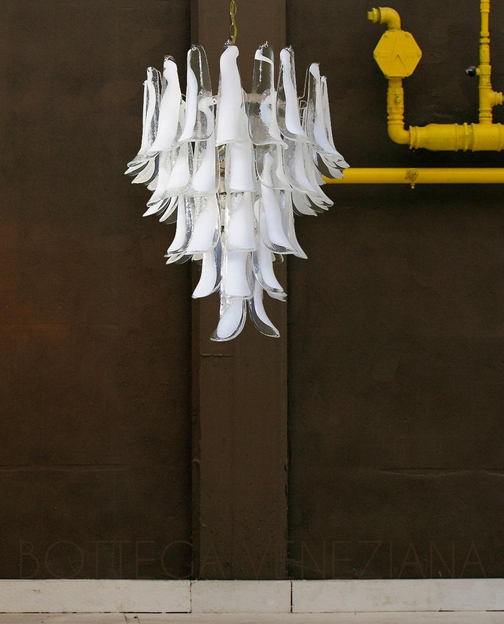 Bottega Veneziana | Lampadario modello ARTEMIDE vetro Murano cristallo a macchia bianca.